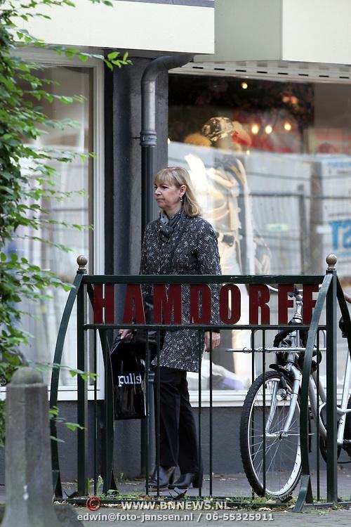NLD/Laren/20080916 - Jerney Kaagman winkelend in Laren
