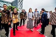 LAMPUNG - Koningin Maxima komt aan op het vliegveld van Lampung. Maxima bezoekt Indonesie als speciaal pleitbezorger van de VN op het gebied van het toegankelijker maken van financiële diensten. ANP ROYAL IMAGES ROBIN UTRECHT NETHERLANDS ONLY  ROBIN UTRECHT
