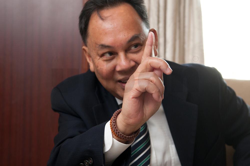 06 JUN 2010, BERLIN/GERMANY:<br /> Hand von Kasit Piromya, Aussenminister Thailand, waehrend einem Interview, Hotel Adlon<br /> IMAGE: 20100706-02-022<br /> KEYWORDS: Haende, Hände