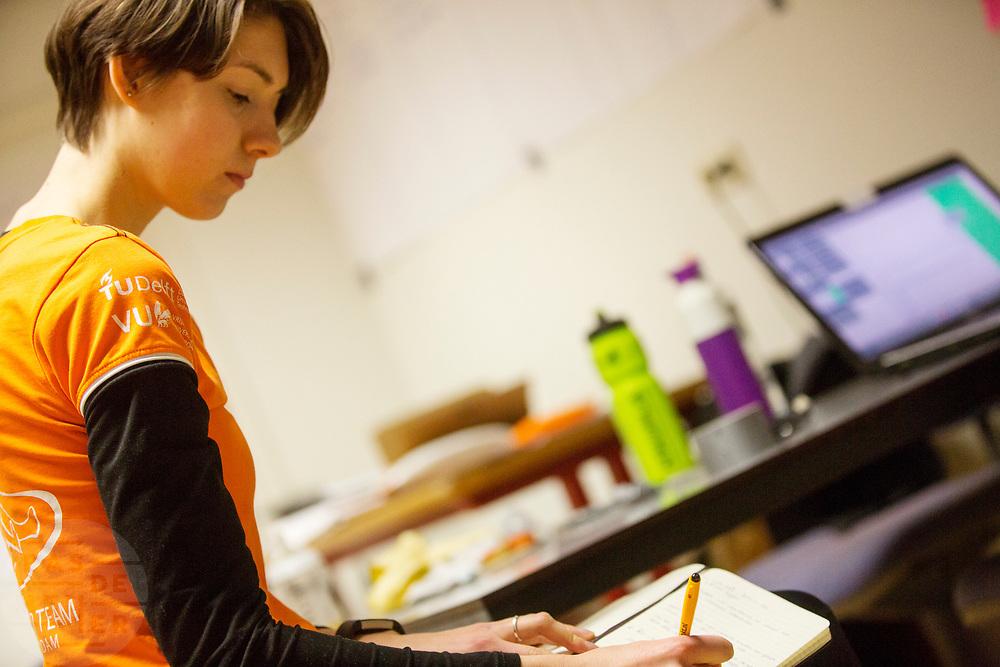 In Amsterdam traint Iris Slappendel op de VU door de wedstrijd te simuleren. Trainer Saskia Balledux schrijft de bevindingen van Slappendel op na afloop. In september wil het Human Power Team Delft en Amsterdam, dat bestaat uit studenten van de TU Delft en de VU Amsterdam, tijdens de World Human Powered Speed Challenge in Nevada een poging doen het wereldrecord snelfietsen voor vrouwen te verbreken met de VeloX 7, een gestroomlijnde ligfiets. Het record is met 121,44 km/h sinds 2009 in handen van de Francaise Barbara Buatois. De Canadees Todd Reichert is de snelste man met 144,17 km/h sinds 2016.<br /> <br /> With the VeloX 7, a special recumbent bike, the Human Power Team Delft and Amsterdam, consisting of students of the TU Delft and the VU Amsterdam, also wants to set a new woman's world record cycling in September at the World Human Powered Speed Challenge in Nevada. The current speed record is 121,44 km/h, set in 2009 by Barbara Buatois. The fastest man is Todd Reichert with 144,17 km/h.