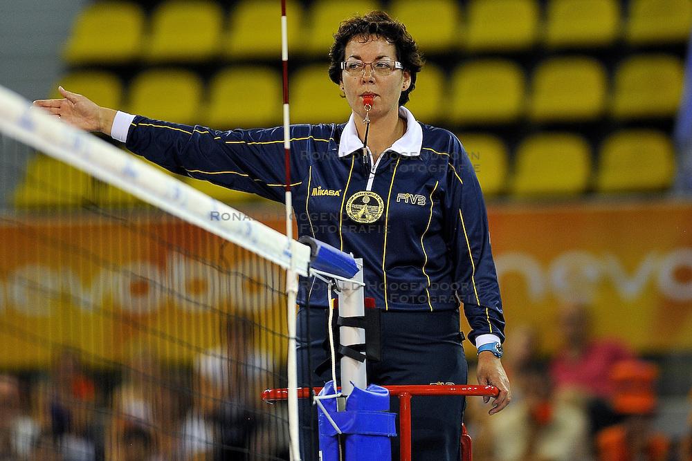 03-09-2011 VOLLEYBAL: TRAINING ORANJE VROUWEN: EINDHOVEN<br /> Scheidsrechter Ingeborg Kooter<br /> &copy;2011-FotoHoogendoorn.nl