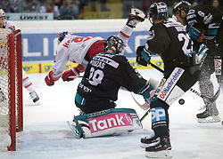 27.03.2018, Keine Sorgen Eisarena, Linz, AUT, EBEL, EHC Liwest Black Wings Linz vs EC Red Bull Salzburg, Halbfinale, 2. Spiel, im Bild v.l. Dominique Heinrich (EC Red Bull Salzburg), Tormann Michael Ouzas (EHC Liwest Black Wings Linz)Fabio Hofer (EHC Liwest Black Wings Linz), Jonathan D Aversa (EHC Liwest Black Wings Linz) // during the Erste Bank Icehockey 2nd halffinal match between Black Wings Linz and Red Bull Salzburg at the Keine Sorgen Eisarena in Linz, Austria on 2018/03/27. EXPA Pictures © 2018, PhotoCredit: EXPA/ Reinhard Eisenbauer