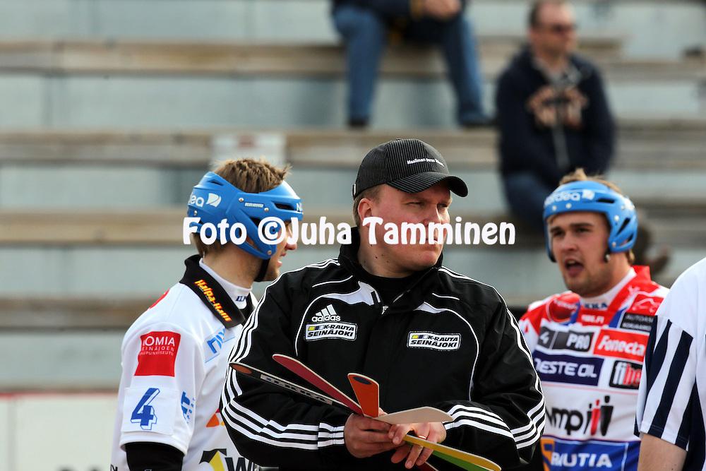 15.5.2011, Nurmo, Sein?joki..Superpesis 2011, Nurmon Jymy - Sotkamon Jymy..Pelinjohtaja Antti Piuhola - Nurmo.