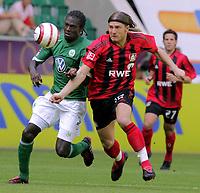Fotball<br /> Bundesliga Tyskland<br /> Foto: imago/Digitalsport<br /> NORWAY ONLY<br /> <br /> 27.08.2005 <br /> <br /> Andrej Woronin (Bayer Leverkusen, re.) gegen Hans Sarpei (Wolfsburg)