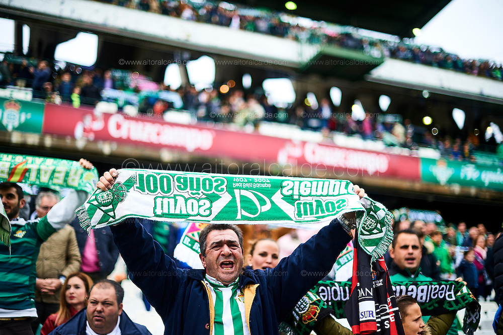 SEVILLE, SPAIN - DECEMBER 04:  Fans of Real Betis Balompie cheers during La Liga match between Real Betis Balompie an RC Celta de Vigo at Benito Villamarin Stadium on December 4, 2016 in Seville, Spain.  (Photo by Aitor Alcalde Colomer/Getty Images)