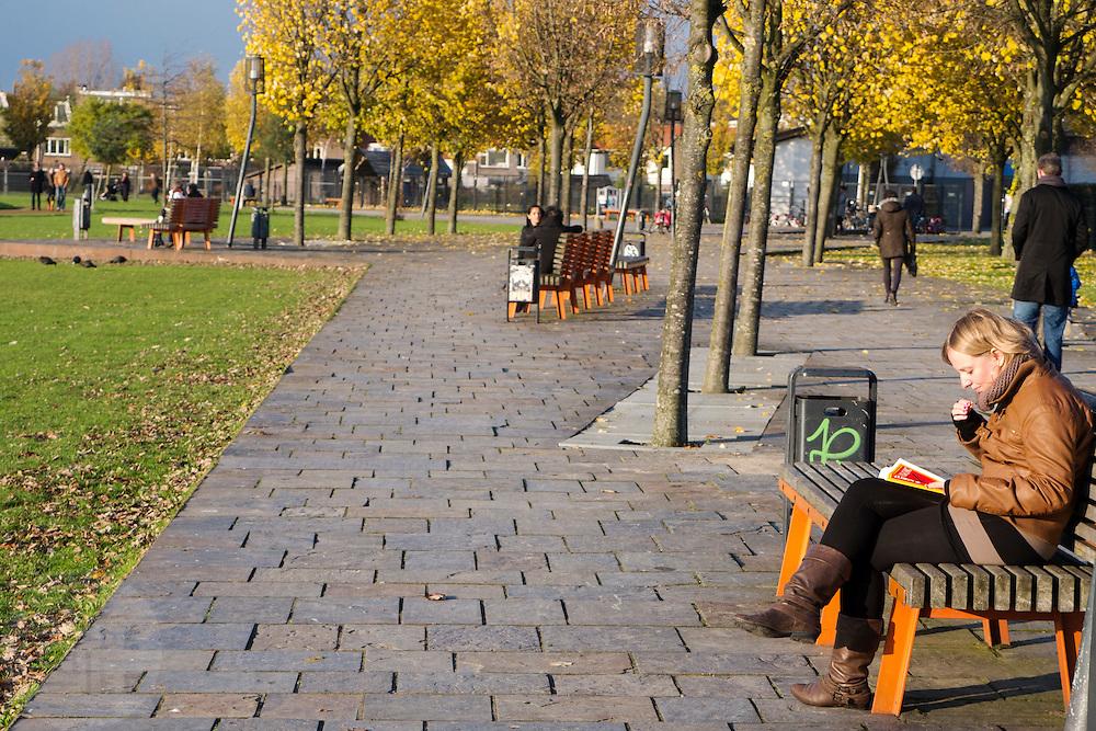 Een meisje leest een boek in het Griftpark in Utrecht.<br /> <br /> A girl is reading a book by J.K. Rowling at the Griftpark in Utrecht.