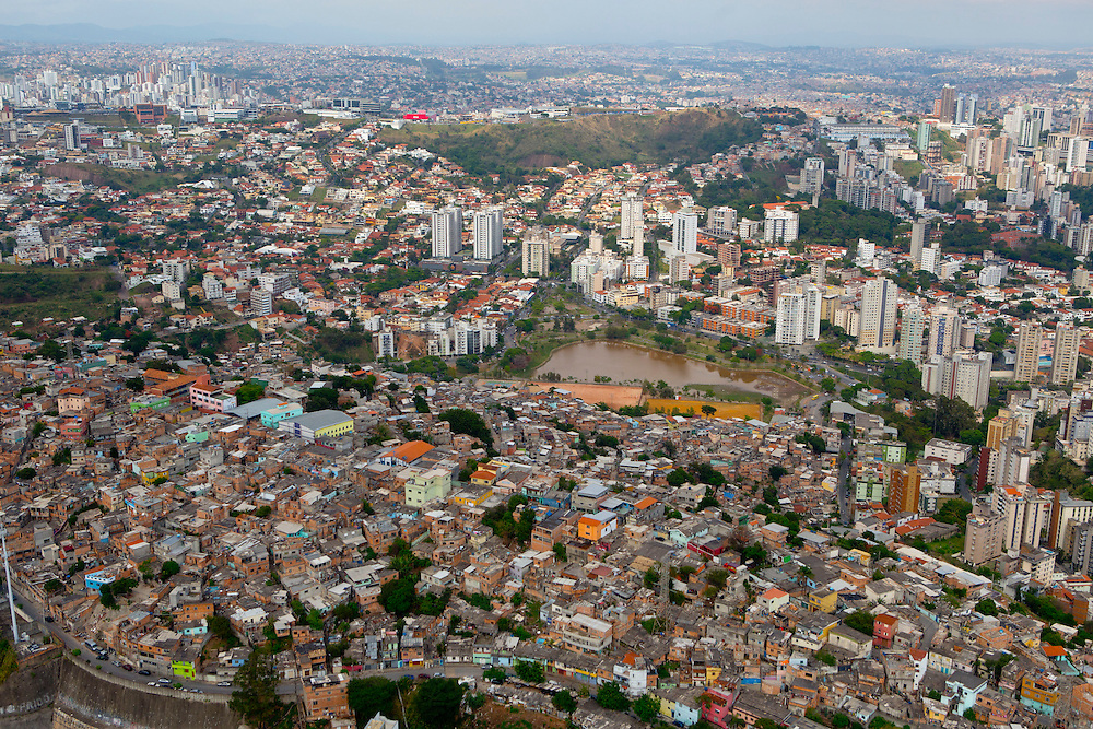 Belo Horizonte_MG, Brasil.<br /> <br /> Barragem Santa Lucia e comunidade Alto Santa Lucia ou Morro do Papagaio ao fundo em Belo Horizonte, Minas Gerais.<br /> <br /> Barragem Santa Lucia and Alto Santa Lucia community or Morro do Papagaio in the background in Belo Horizonte, Minas Gerais.<br /> <br /> Foto: RODRIGO LIMA / NITRO