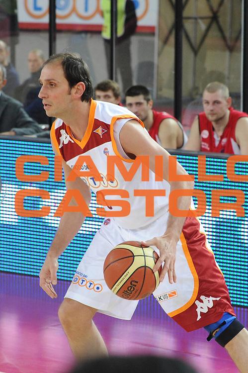 DESCRIZIONE : Roma Lega A 2010-11 Lottomatica Virtus Roma Scavolini Siviglia Pesaro<br /> GIOCATORE : Alessandro Tonolli<br /> EVENTO : Campionato Lega A 2010-2011 <br /> GARA : Lottomatica Virtus Roma Scavolini Siviglia Pesaro<br /> DATA : 30/01/2011<br /> CATEGORIA : Palleggio<br /> SPORT : Pallacanestro <br /> AUTORE : Agenzia Ciamillo-Castoria/GiulioCiamillo<br /> Galleria : Lega Basket A 2010-2011 <br /> Fotonotizia : Roma Lega A 2010-11 Lottomatica Virtus Roma Scavolini Siviglia Pesaro<br /> Predefinita :