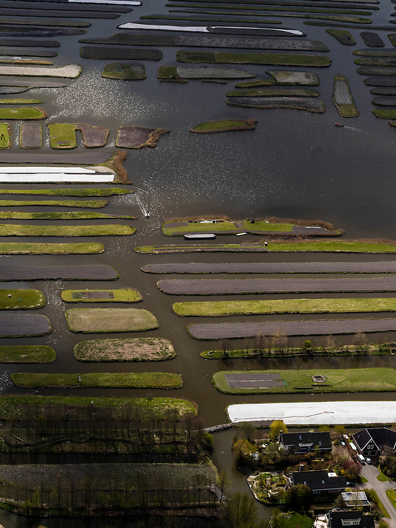 Nederland, Noord-Holland, Gemeente Langedijk, 16-04-2012; het Kanaal Alkmaar - Kolhorn scheidt bedrijventerrein Zandhorst (in de achtergrond) van landschapsreservaat Oosterdel. Dit gebied vormt een restant van het 'duizend eilandenrijk', voormalige veengronden ontstaan door ontwatering en afgraven van veen en in gebruik voor tuinbouw. Onderdeel van de Provinciale Ecologische Hoofdstructuur (EHS). .Landscape reserve Oosterdel (NW Netherlands) . This area is a remnant of thousand islands, former peatlands caused by drainage and excavation of peat and is used horticulturally. Part of the Provincial  Ecological Structure  (EHS). .luchtfoto (toeslag), aerial photo (additional fee required);.copyright foto/photo Siebe Swart