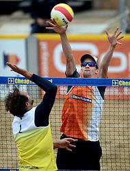 16-08-2014 NED: NK Beachvolleybal 2014, Scheveningen<br /> Aanval Reinder Nummerdor, Robert Meeuwsen