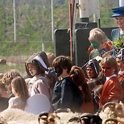 NLD/Hilversum/20060503 - HM de Koninging Beatrix opent de langste natuurbrug ter wereld : Natuurbrug Zanderij Crailo in Hilversum, schaapskudde trekt over de natuurbrug