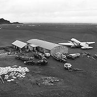 DC-3 Dakota flugv&eacute;l fr&aacute; Flugf&eacute;lagi &Iacute;slands flytur afur&eth;ir fr&aacute; sl&aacute;turh&uacute;sinu &aacute; Fagurh&oacute;lsm&yacute;rarvelli, 1962<br /> <br /> Meat transported from the abattoir at Fagurh&oacute;lsm&yacute;ri by an Icelandair DC-3 Dakota, 1962.