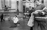 Barcelona, 2001: mendicante e passanti esterno Barclays Bank.<br /> &copy; Andrea Sabbadini