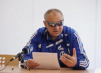 FUSSBALL   1. BUNDESLIGA   SAISON 2010/2011  25. SPIELTAG    04.03.2011 VfB Stuttgart - FC Schalke 04                  Pressegespraech; Trainer Felix Magath (FC Schalke 04) mit Sonnenbrille