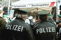 19 OCT 1999, BERLIN/GERMANY:<br /> Polizisten protestrieren gegen das Sparpaket der Bundesregierung, Demonstration von DGB, DBB und ÖTV vor dem Brandenburger Tor<br /> IMAGE: 19991019-01/01-14<br /> KEYWORDS: Polizist, policeman, Demonstrant, demonstartor, demonstration, Gewerkschaft, trade union