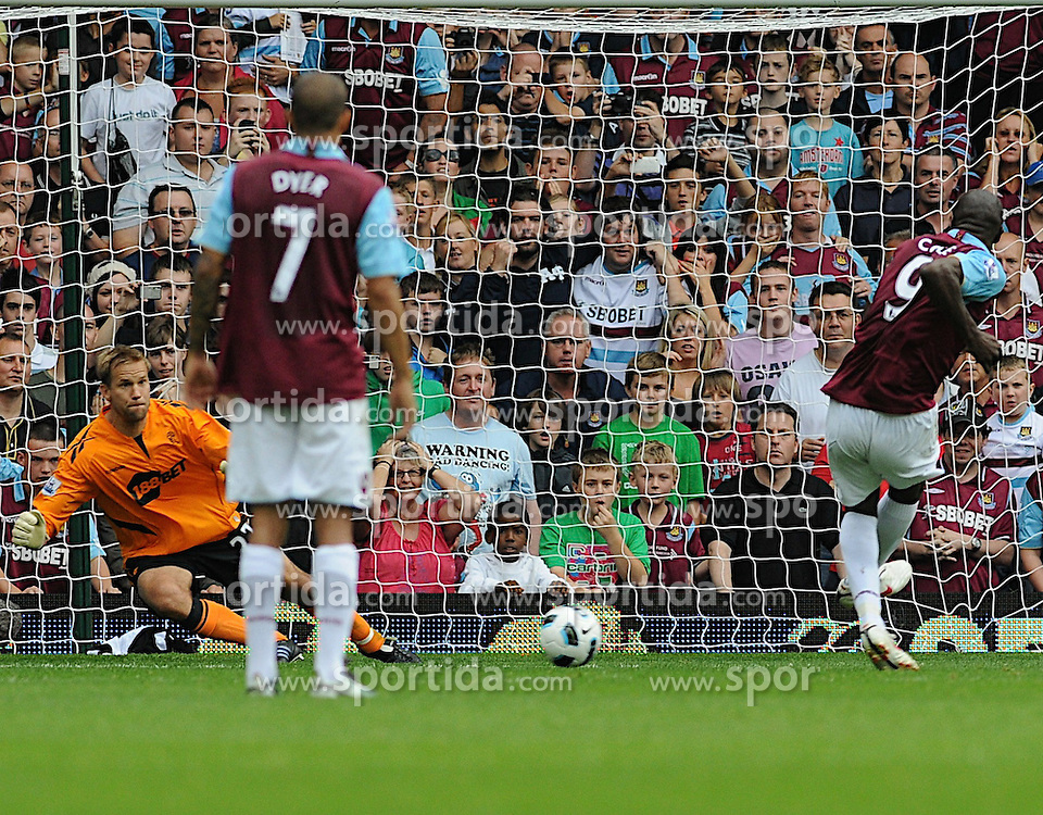21.08.2010, Boleyn Ground, London, ENG, PL, West Ham United vs Bolton Wanderers, im Bild Carlton Cole takes a penalty...West Ham vs Bolton.English Championship. EXPA Pictures © 2010, PhotoCredit: EXPA/ IPS/ Daniel Cawthorne +++++ ATTENTION - OUT OF ENGLAND/UK +++++ / SPORTIDA PHOTO AGENCY