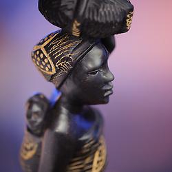 Mulher rural com o seu bebé nas costas - peça de artesanato em madeira. Artesanato de Angola.