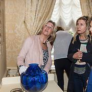 NLD/Den Haag/20180923 - Prinses Margarita exposeert bij Masterly The Hague, Dames bekijken het schilderij waar de vaas in verwerkt is