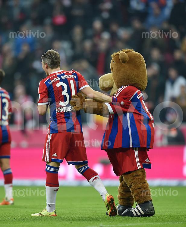 Fussball  1. Bundesliga  Saison 2014/2015  12. SPIELTAG FC Bayern Muenchen - TSG 1899 Hoffenheim     22.11.2014 JUBEL; Bastian Schweinsteiger (li, FC Bayern Muenchen) umarmt nach dem Spiel das FCB Maskottchen Berni