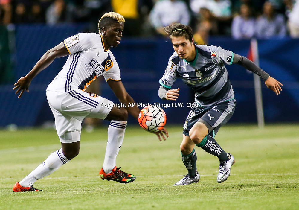 Los Angeles Galaxy forward Gyasi Zardes, left, and Santos Laguna midfielder Jorge Flores Villafana battle for  ball during the second half of a CONCACAF Champions League quarterfinal in Carson, Calif., Wednesday, Feb. 24, 2016. The game ended in a 0-0 draw. (AP Photo/Ringo H.W. Chiu)