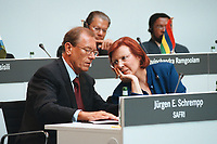 27 APR 2000, BERLIN/GERMANY:<br /> Jürgen E. Schrempp, Vorstandsvorsitzender DaimlerChrysler AG und Vorsitzender SAFRI, heidemarie Wieczorek-Zeul, Bundesentwicklungshilfeministerin, im Gespräch, auf dem Podium des Africa-Business Forum 2000 von Afrika-Verein und SAFRI - Southern Africa Initiative of German Business, debis Haus, Potsdamer Platz<br /> Juergen E. Schrempp, CEO of DaimlerChrysler and Chairman of SAFRI, Heidemarie Wieczorek-Zeul, Fed. Minister of Economic Coopertion, in discourse, Africa-Business Forum 2000<br /> IMAGE: 20000427-01/02-27