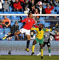 Fotball<br /> 10. Oktober 2009<br /> Privatlandskamp<br /> Ullevaal stadion<br /> Norge v Sør-Afrika 1 - 0<br /> John Carew , Norge<br /> Aaron Mokeona , Sør-Afrika<br /> Foto : Astrid M. Nordhaug