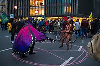 DEU, Deutschland, Germany, Berlin, 09.10.2019: Kundgebung der Aktivisten von Extinction Rebellion (XR) mit einer Strassenblockade auf dem Kurfürstendamm (Kudamm). Die Umweltschützer wollen mit zahlreichen Aktionen und Blockaden in der Stadt auf ihr Anliegen einer strengeren Klimapolitik aufmerksam machen.