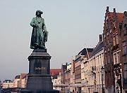 Belgie, Brugge, 3-9-2005Centrum van de stad met het standbeeld van de schilder Jan van Eyck. Architectuur, monumenten, stadsgezichtBelgium, stedentrip, toerisme, tourism.Foto: Flip Franssen/Hollandse Hoogte