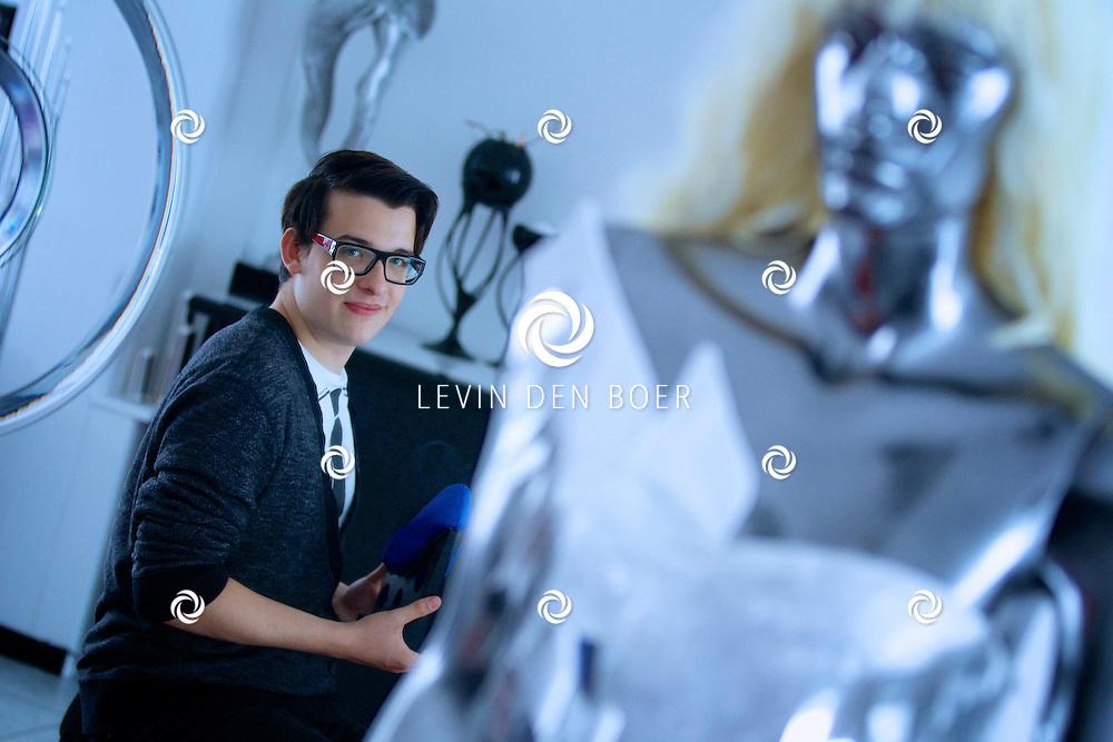 HEDEL - Cristian Maminski is pas 18 jaar en supercreatief. Hij heeft zeer bijzondere schoenen ontworpen die binnenkort te zien zijn in het Nederlands Leder en Schoenen Museum. Zijn werk exposeert hij onder de naam Christian Insky. FOTO LEVIN DEN BOER - PERSFOTO.NU