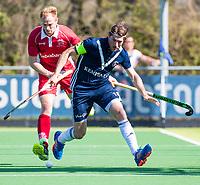 AMSTELVEEN -  Erik Bouwens (Kampong) met rechts Wouter Brasem (Pinoke)    tijdens de hoofdklasse competitiewedstrijd heren hockey Pinoke-Kampong (1-4) . COPYRIGHT KOEN SUYK