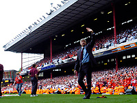 Photo: Daniel Hambury.<br />Arsenal v Wigan Athletic. The Barclays Premiership. 07/05/2006.<br />Arsenal's manager Arsene Wenger waves goodbye to Highbury.