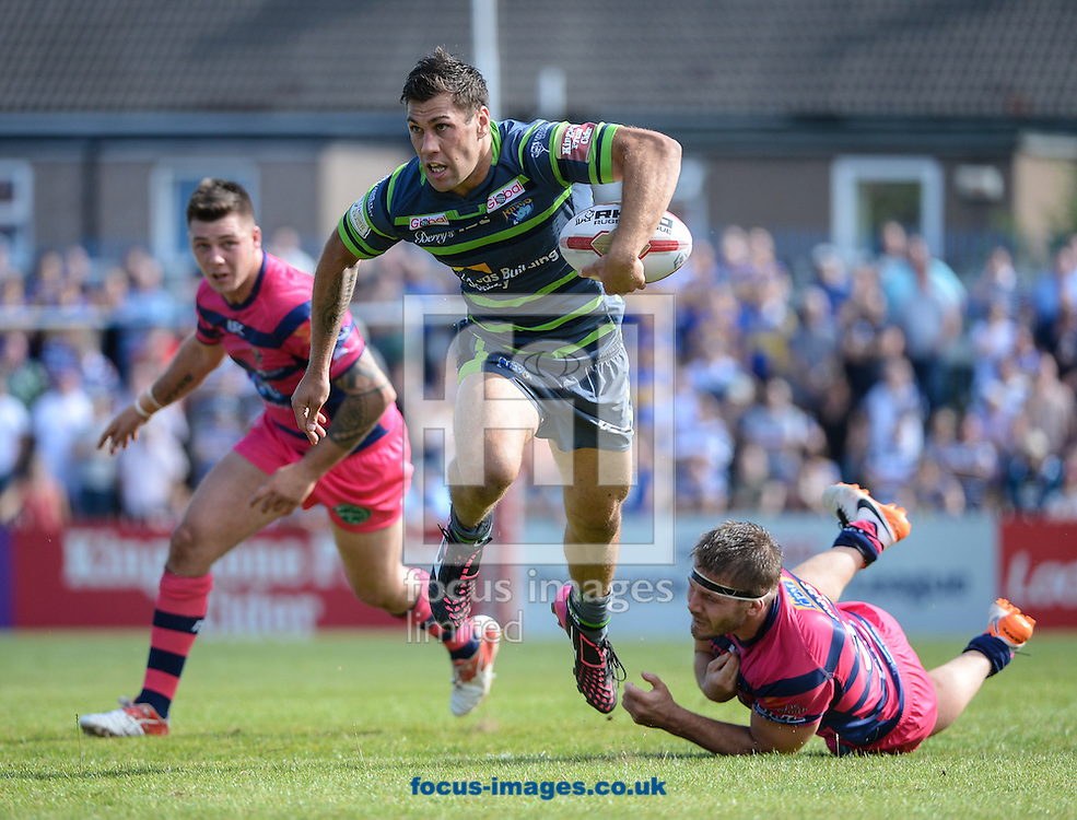 Joel Moon of Leeds Rhinos breaks clear of a tackle from Andy Ellis to score a try during the Super 8s Qualifiers match at The Big Fellas Stadium, Post Office Road, Pontefract.<br /> Picture by Richard Land/Focus Images Ltd +44 7713 507003<br /> 06/08/2016