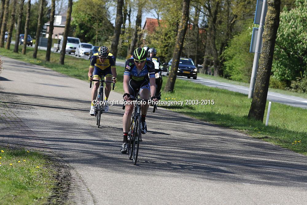 02-05-2015: Wielrennen: Ronde van Overijssel mannen: Rijssen  <br />RIJSSEN (NED) wielrennen:  De 63e ronde van Overijssel heeft als zwaarte punt de heuveltjes rond Ootmarsum en de Sallandse heuvelrug. Net als in de ronde van Vlaanderen kent men in Overijssel het dorp van de ronde. In 2015 is de eer aan Markelo. Jasper Hamelink trok ten aanval richting de finale met Kobus Herijgers