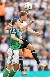 21.06.2016, Parc de Princes, Paris, FRA, UEFA Euro 2016, Nordirland vs Deutschland, Gruppe C, im Bild Jonny Evans (NIR), Thomas Mueller (GER) // Jonny Evans (NIR) Thomas Mueller (GER) during Group C match between Nothern Ireland and Germany of the UEFA EURO 2016 France at the Parc de Princes in Paris, France on 2016/06/21. EXPA Pictures © 2016, PhotoCredit: EXPA/ JFK