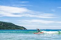 Stand up paddle surf na Praia dos Açores. Florianópolis, Santa Catarina, Brasil. / Stand up paddle surf at Acores Beach. Florianopolis, Santa Catarina, Brazil.