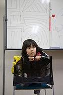 Taiki Segawa. <br /> <br /> Familjen bes&ouml;ker Hinan Mama Net, &auml;r en st&ouml;dgrupp f&ouml;r mammor som har evakuerat fr&aring;n Fukushima prefekturen till Tokyo. Gruppen startades av Rika Mashiko.