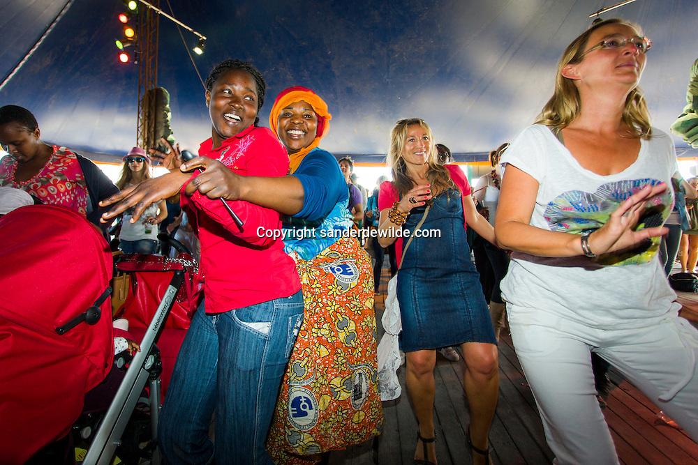 N'Dombolo/Katschu Katschu. In de Dance Club kon je onderricht krijgen in deze Congolese dansen. Deze dames konden het al, zelfs met kinderwagen.
