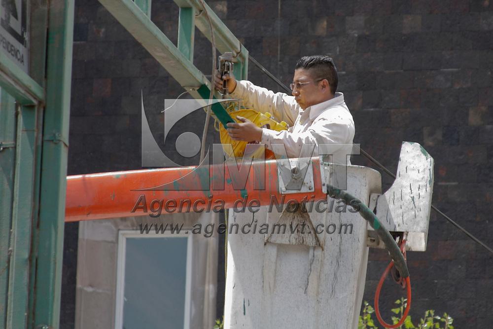 Toluca, México.- Trabajadores del ayuntamiento de la capital mexiquense continuan con las obras para realizar el cambio de doble sentido en la avenida Miguel Hidalgo que se entregara en los proximos días. Agencia MVT / Arturo Hernández S.