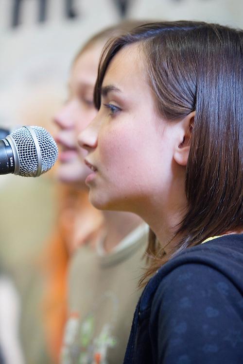 Sterenn et Alwena, deux jeunes chanteuses de kan an diskan que l'on rencontre assez souvent dans les festou-noz.Fest-Deiz Gouel Erwan