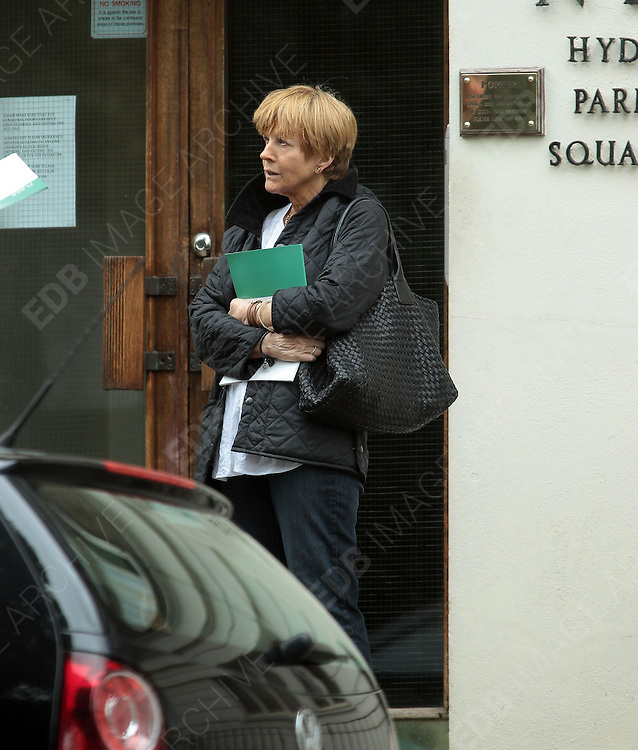 29.AUGUST.2012. LONDON<br /> <br /> ANNE ROBINSON VEIWS A PROPERTY INTHE HYDE PARK AREA OF LONDON.<br /> <br /> BYLINE: EDBIMAGEARCHIVE.CO.UK<br /> <br /> *THIS IMAGE IS STRICTLY FOR UK NEWSPAPERS AND MAGAZINES ONLY*<br /> *FOR WORLD WIDE SALES AND WEB USE PLEASE CONTACT EDBIMAGEARCHIVE - 0208 954 5968*