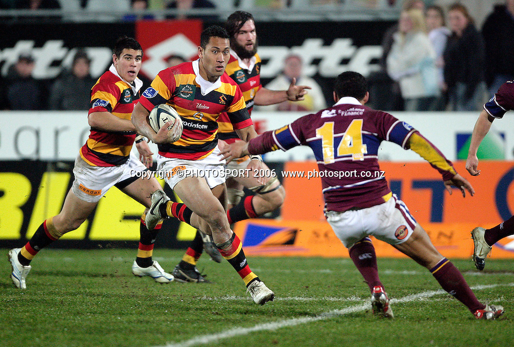 Roy Kinikinilau slices the SOuthland defence during the Air New Zealand Cup rugby match between Southland and Waikato at Rugby Park Stadium, Invercargill, on Saturday 5 August 2006. Photo: Richard Jones/PHOTOSPORT<br /> <br /> <br /> 050806 week 2 npc