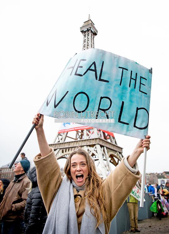 AMSTERDAM - Froukje Jansen is een Nederlands presentatrice, actrice en ex-turnste tijdens de klimaat parade Deelnemers van de Klimaatparade die aandacht vragen voor klimaatverandering vanwege de Klimaattop in Parijs.  Cabaretier Dolf Jansen opent de klimaatparade o het Museumplein. Deelnemers van de Klimaatparade die aandacht vragen voor klimaatverandering vanwege de Klimaattop in Parijs. eiffeltoren   rijksmuseum COPYRIGHT ROBIN UTRECHT