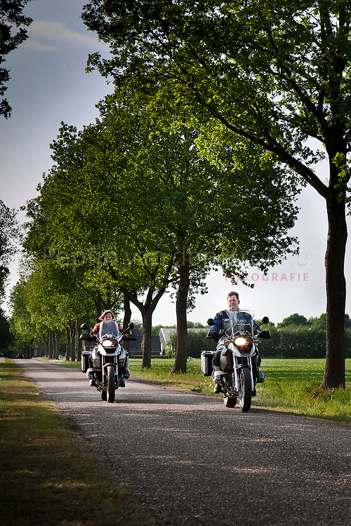 bovensmilde 20110510. Frans en Roelie Lampe op de  motor.