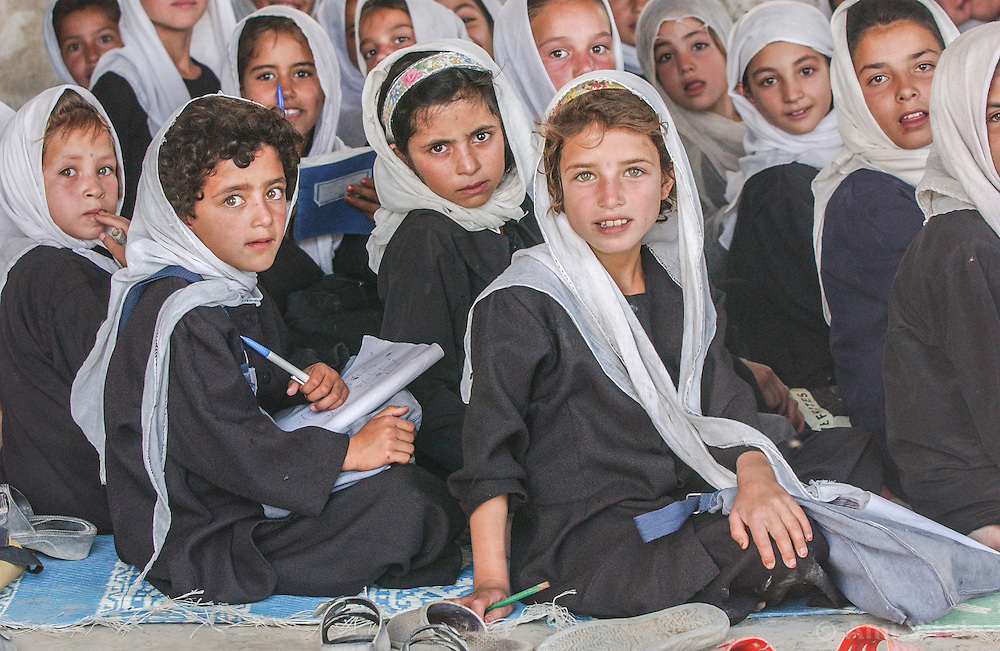 Children study at the Qabel Bai School set up by Unicef  in Kabul, Afghanistan  August  08, 2002.    (photo by Ami Vitale)