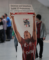 Volleyball 1. Bundesliga  Saison 2010/2011   02.04.2011 ENBW TV Rottenburg - A!B!C Titans  Dirk Mehlberg (ENBW TV Rottenbur) Pappfigur in der Paul Horn Arena mit dem Banner:  Emotionen und Sensationen ENBW TV Rottenburg; Wir schlagen Friedrichshafen!