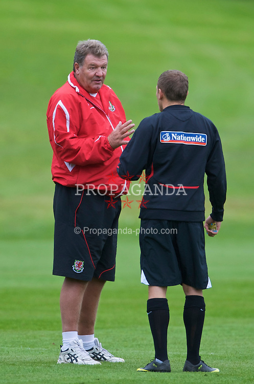 CARDIFF, WALES - Tuesday, September 8, 2009: Wales' manager John Toshack MBE and captain Craig Bellamy during training at the Vale of Glamorgan Hotel ahead of the FIFA World Cup Qualifying Group 3 match against Russia. (Pic by David Rawcliffe/Propaganda)