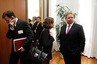 18 APR 2005, BERLIN/GERMANY:<br /> Utz Claassen (R), Vorstandsvorsitzender EnBW, mit Mitarbeitern, 5. Innovationsgipfel der Partner fuer Innovation, Hauptstadtrepraesentanz Deutsche Telekom AG<br /> IMAGE: 20050418-02-003