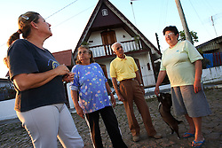 Vera Wolkner (E) Vilma Carvalho, Jose Divino Alves e Valdira Santana  em frente a sua casa na vila VARIG, em Porto Alegre, 09 de junho de 2006.FOTO: Jefferson Bernardes/Preview.com