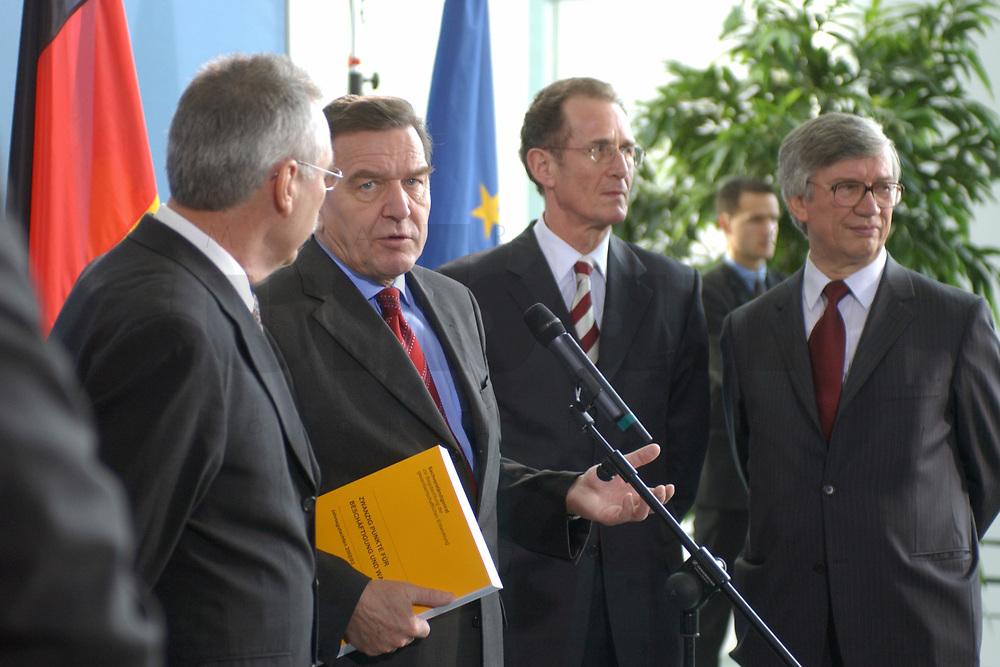 13 NOV 2002, BERLIN/GERMANY:<br /> Prof. Dr. Wolfgang Wiegard, Vorsitzender d. Sachverstaendigenrates, Gerhard Schroeder, SPD, Bundeskanzler, Prof. Dr. Bert Ruerup, Mitgl. d. Sachverstaendigenrates, Prof. Dr. Juergen Kromphardt, Mitgl. d. Sachverstaendigenrates, (v.L.n.R.), waehrend der Uebergabe des Jahresgutachtens 2002/2003 &quot;Zwanzig Punkte fuer Beschaeftigung und Wachstum&quot; vom Sachverstaendigenrat zur Begutachtung der gesamtwitschaftlichen Entwicklung an den Bundeskanzler, Bundeskanzleramt<br /> IMAGE: 20021113-02-015<br /> KEYWORDS: Sachverst&auml;ndigenrat, Gerhard Schr&ouml;der, Bert R&uuml;rup, &Uuml;bergabe, Wirtschaftswissenschaftler