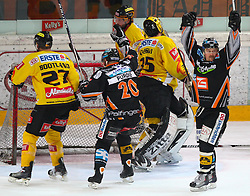 23.03.2010, Albert Schultz Halle, Wien, AUT, EBEL, Vienna Capitals vs Black Wings Linz, im Bild Torjubel von Shearer Rob, EHC LIWEST Black Wings Linz , EXPA Pictures © 2010, PhotoCredit: EXPA/ T. Haumer / SPORTIDA PHOTO AGENCY